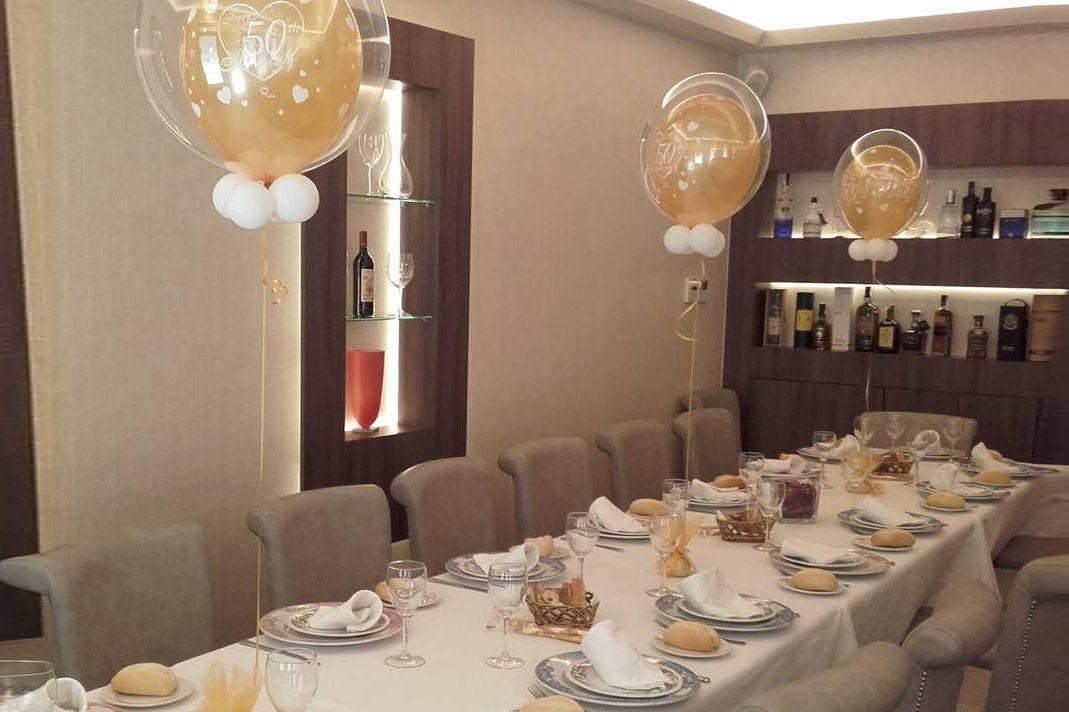 decoración con globos y candy bar estilo vintage para bodas de oro